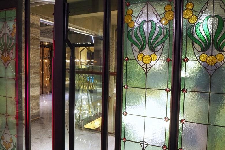 1969ブルースカイホテルのステンドグラス
