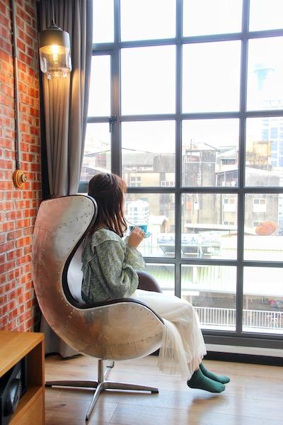 ブルースカイホテルの窓